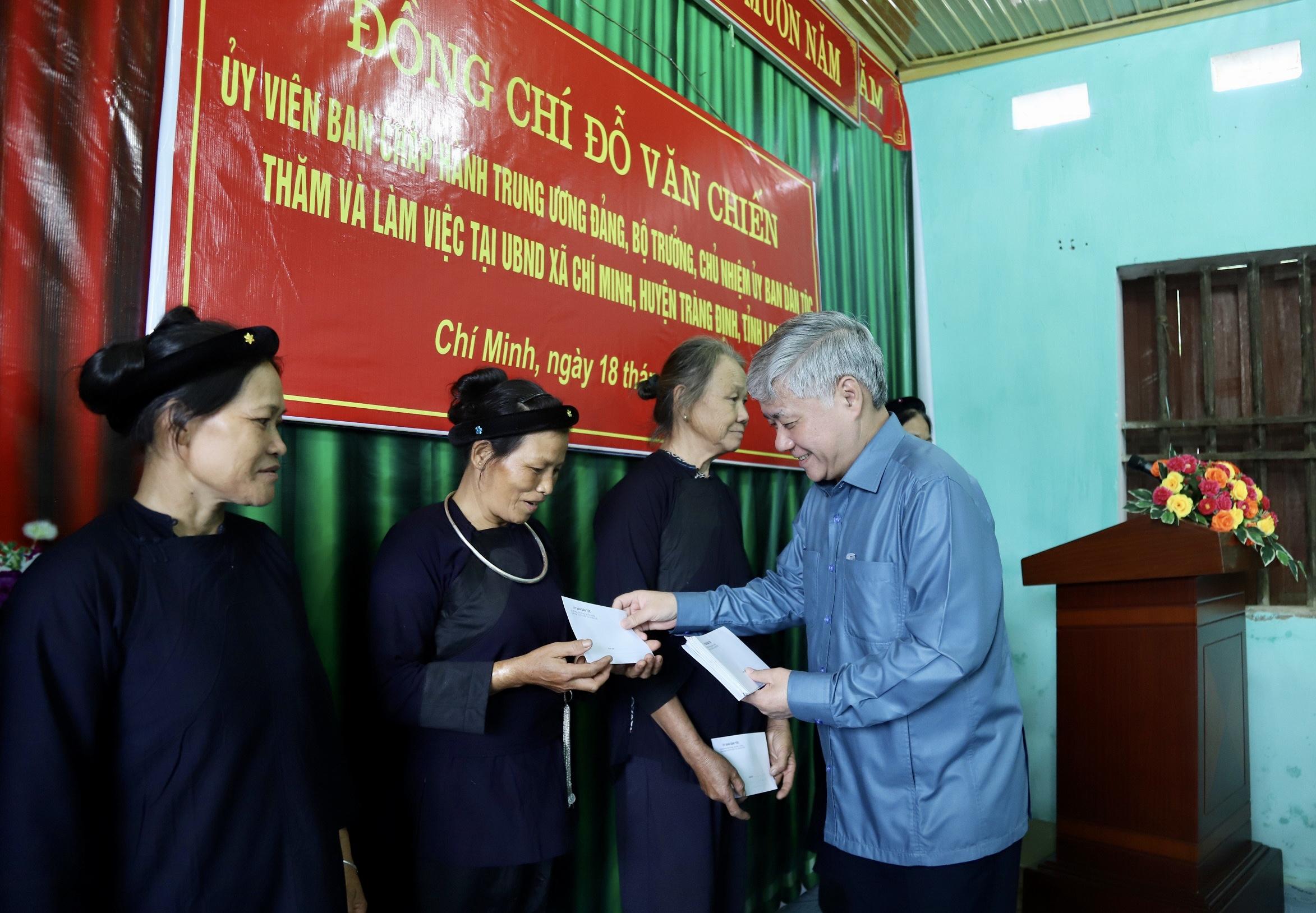 Bộ trưởng, Chủ nhiệm Đỗ Văn Chiến tặng quà cho hộ đồng bào DTTS nghèo xã Chí Minh
