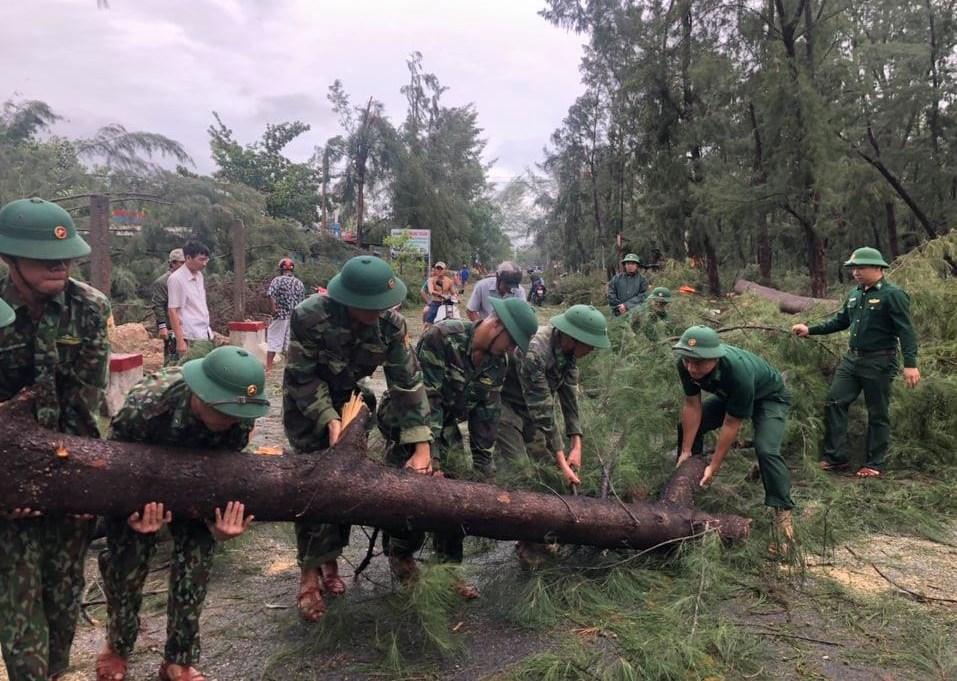 Lực lượng bộ đội biên phòng giúp người dân Thừa Thiên - Huế khắc phục hậu quả mưa bão. - Ảnh: Báo Thừa Thiên-Huế