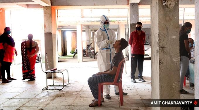 Lấy mẫu xét nghiệm COVID-19 tại thành phố Mumbai, Ấn Độ ngày 17/9. (Ảnh: 91latestnews.online)