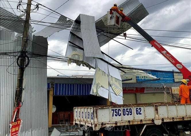 Công nhân điện nỗ lực khắc phục hậu quả bão số 5 để cấp điện cho người dân. Ảnh: TTXVN.