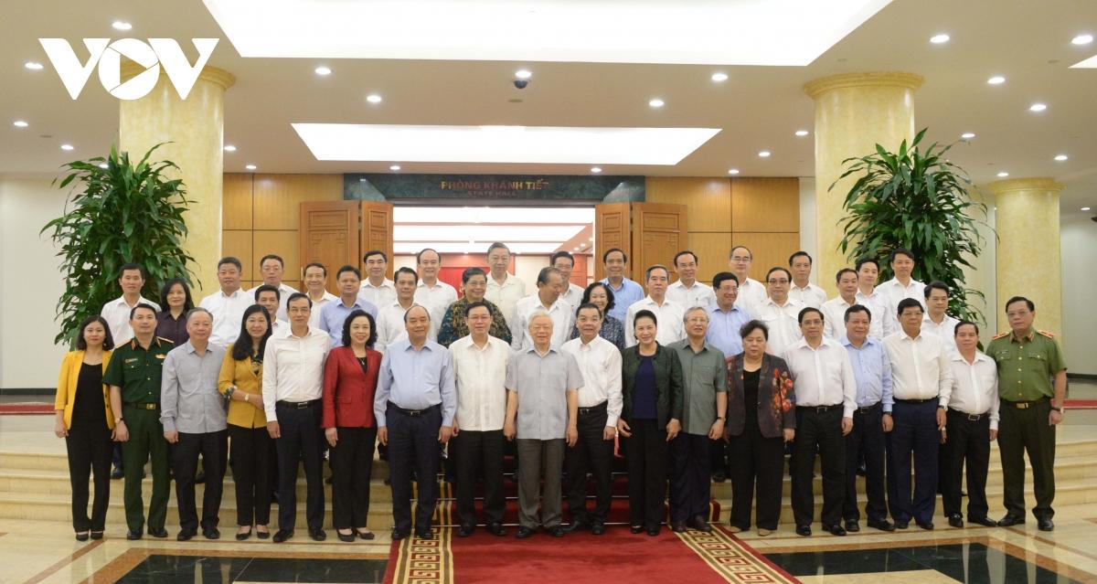 Các đồng chí trong Bộ Chính trị chụp ảnh chung với Ban Thường vụ Thành ủy Hà Nội