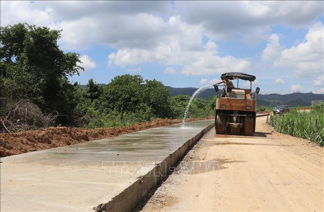 Tuyến đường bê tông từ Quốc lộ 19C về đến trung tâm xã Cà Lúi có chiều dài 12km đang được gấp rút hoàn thành 2km cuối cùng trên tuyến trước mùa mưa bão. Ảnh: Phạm Cường/TTXVN