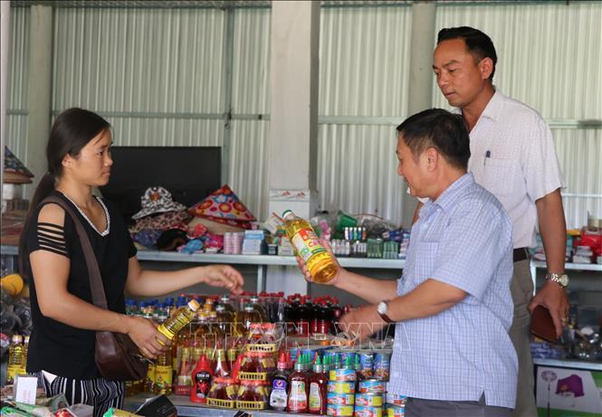 Có con đường mới, chị Vi Thị Nhung, thôn Ma Lăng, xã Cà Lúi, đã chuyển từ nghề làm rẫy sang kinh doanh nhu yếu phẩm phục vụ nhu cầu của người dân trong xã.