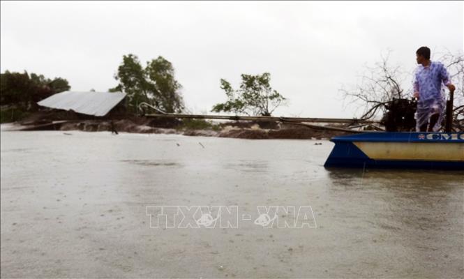 Chiều tối 18/9/2020, ảnh hưởng của hoàn lưu bão kết hợp trường gió Tây Nam cường độ mạnh đã gây mưa diện rộng tại Kiên Giang. Sóng lớn gây vỡ 3 đoạn đê biển tổng chiều dài 75 m tại xã Vân Khánh Tây, huyện An Minh. Ảnh: TTXVN