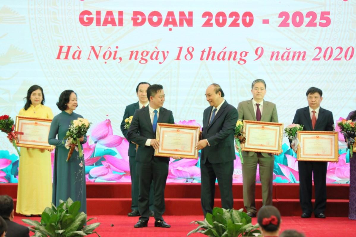 Thủ tướng Chính phủ Nguyễn Xuân Phúc trao Bằng khen cho các điển hình tiên tiến tiêu biểu