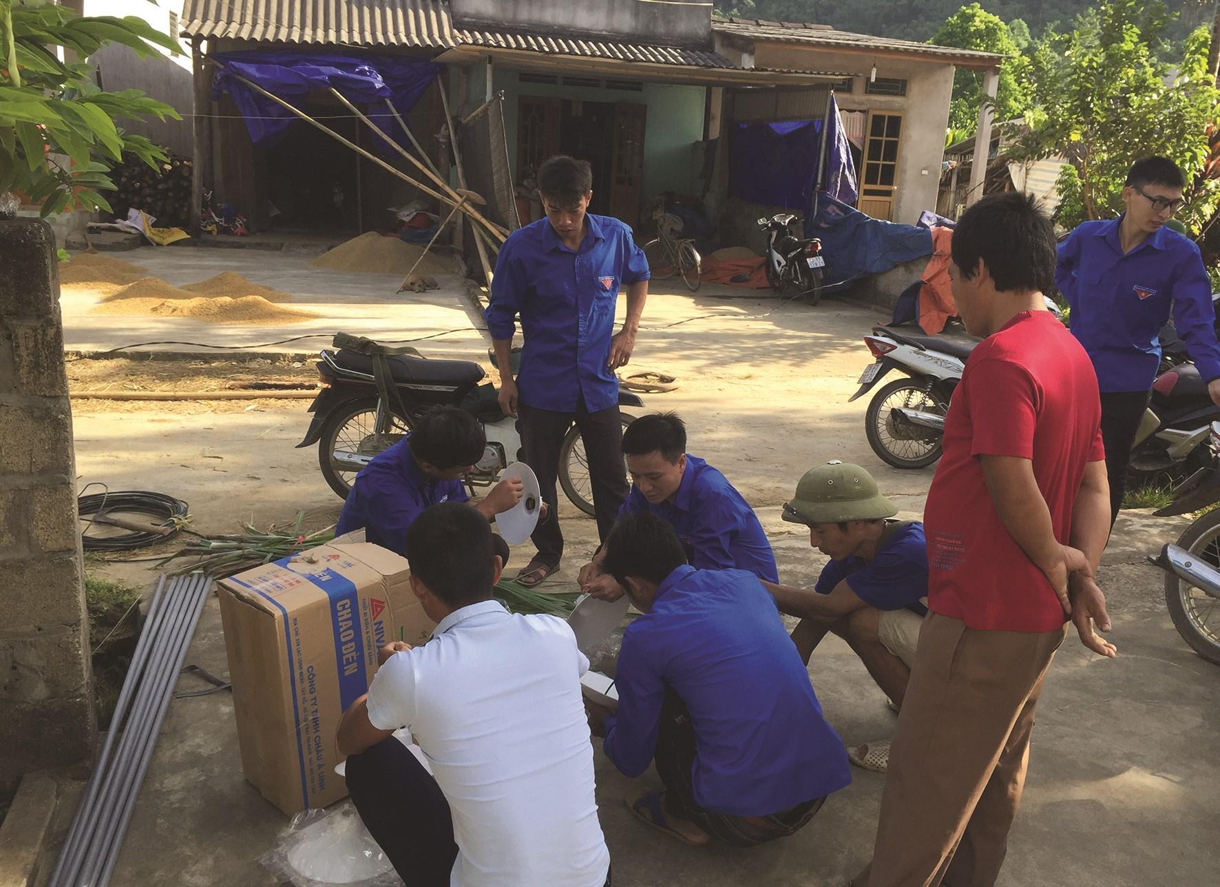 """Thanh niên lắp đặt công trình """"Thắp sáng đường quê"""" tại xã Bình Xa, huyện Hàm Yên (Tuyên Quang)."""