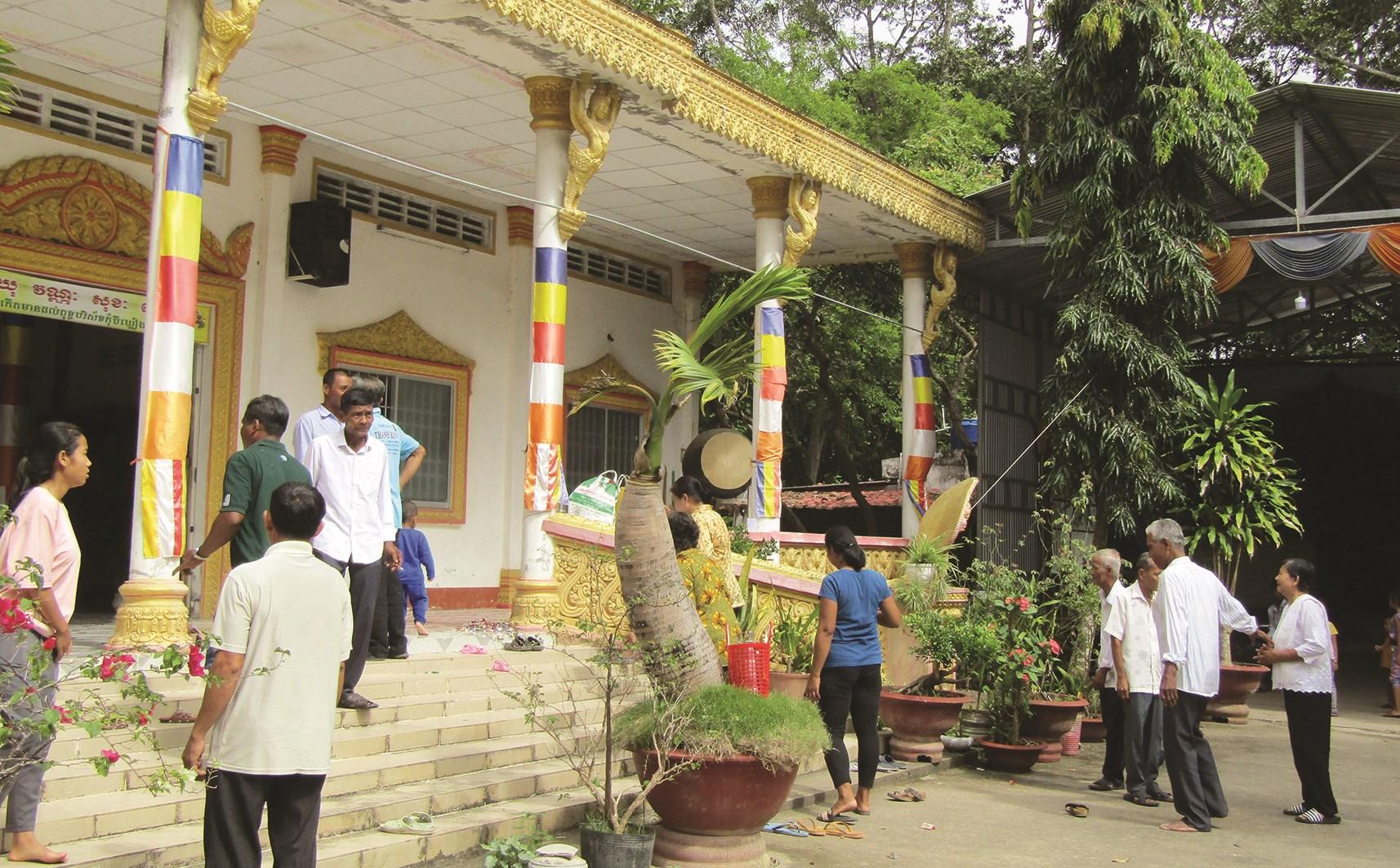 Bà con Khmer đến chùa Gò Xoài (xã Tân Mỹ, huyện Trà Ôn) dịp Lễ Sen Đolta năm nay.