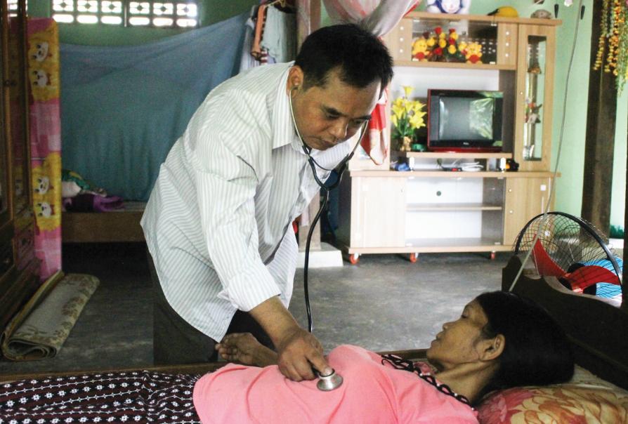 Bác sĩ Mấu Văn Phi kiểm tra sức khỏe của bà Cao Thị Cà Thánh.