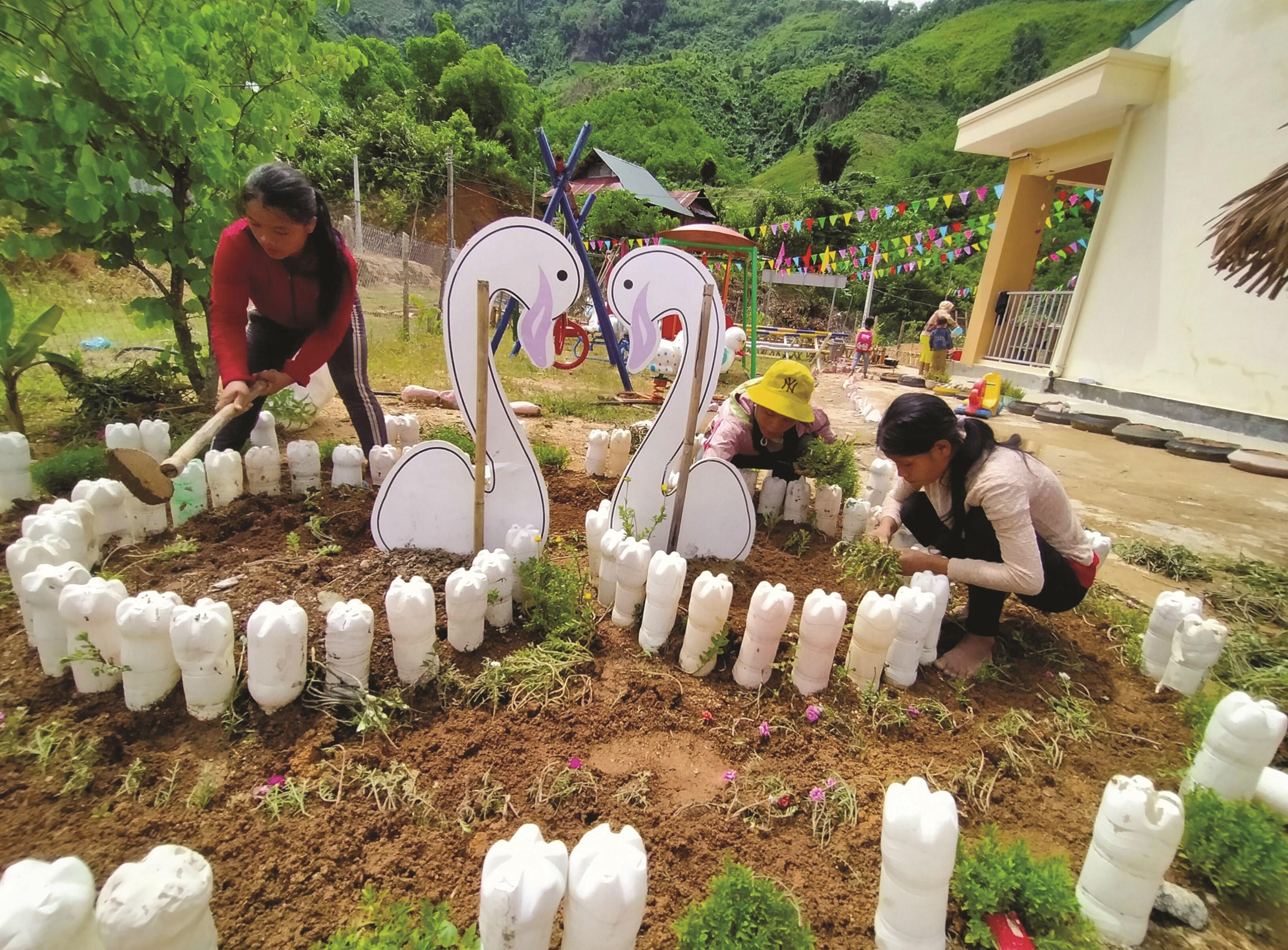 Tại một số nơi đất trống, phụ huynh đã mang đến những cây hoa có sẵn trong vườn nhà để trồng.