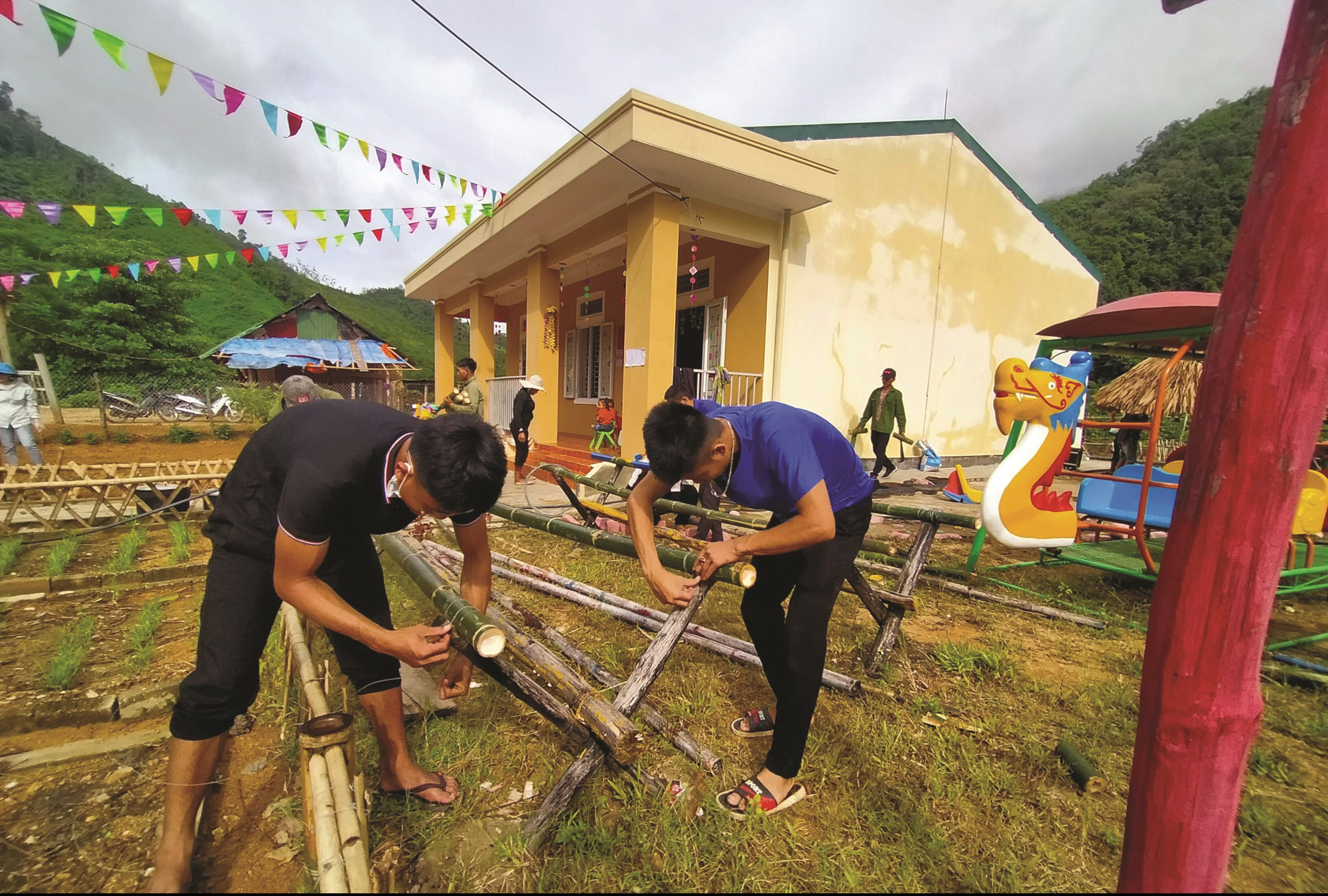 Những chiếc khung rào bằng tre độc đáo đang dần được hình thành tại Trường Mầm non Nhôn Mai.