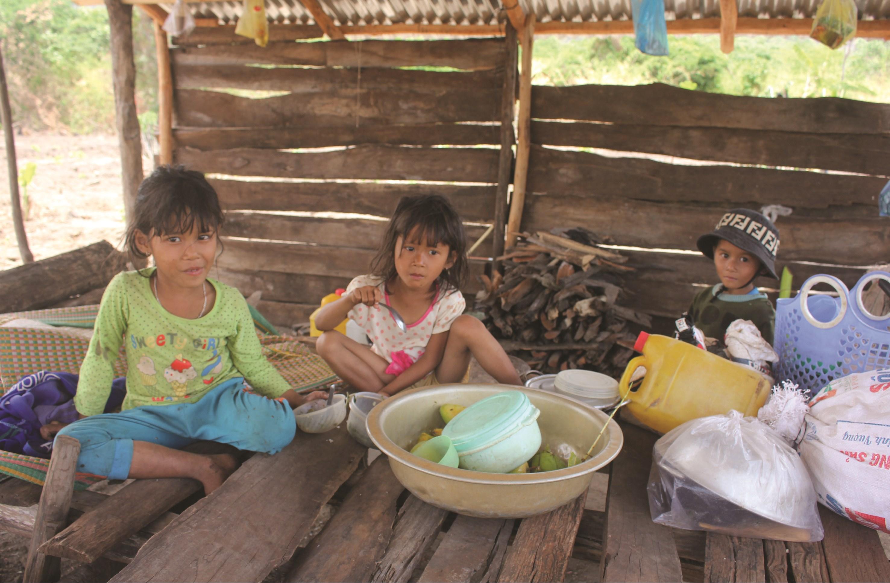 Vì đường sá đi lại khó khăn, trẻ con ở khu di cư tự phát hầu hết chỉ học hết tiểu học.