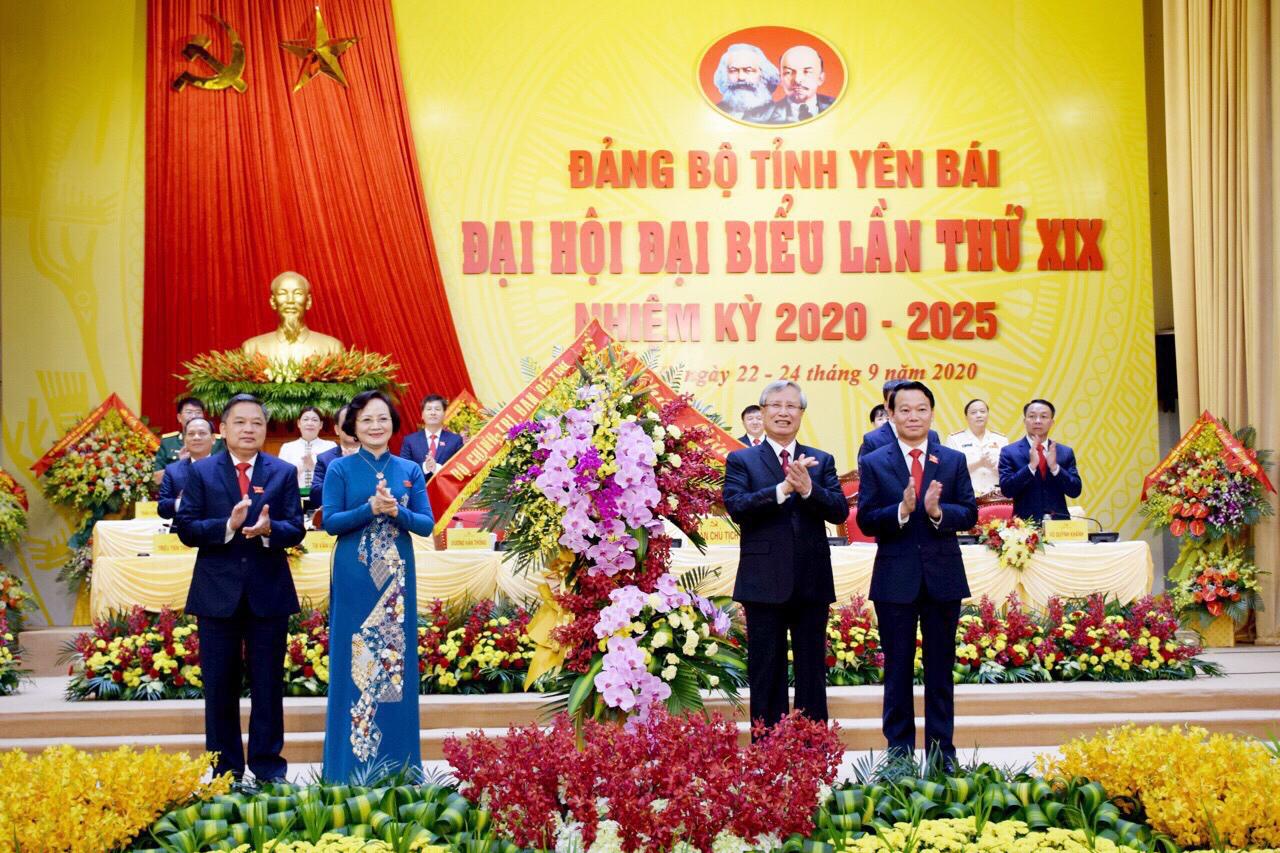 Đồng chí Trần Quốc Vượng (thứ 2 từ phải sang) tặng lẵng hoa chúc mừng Đại hội đại biểu Đảng bộ tỉnh Yên Bái lần thứ XIX