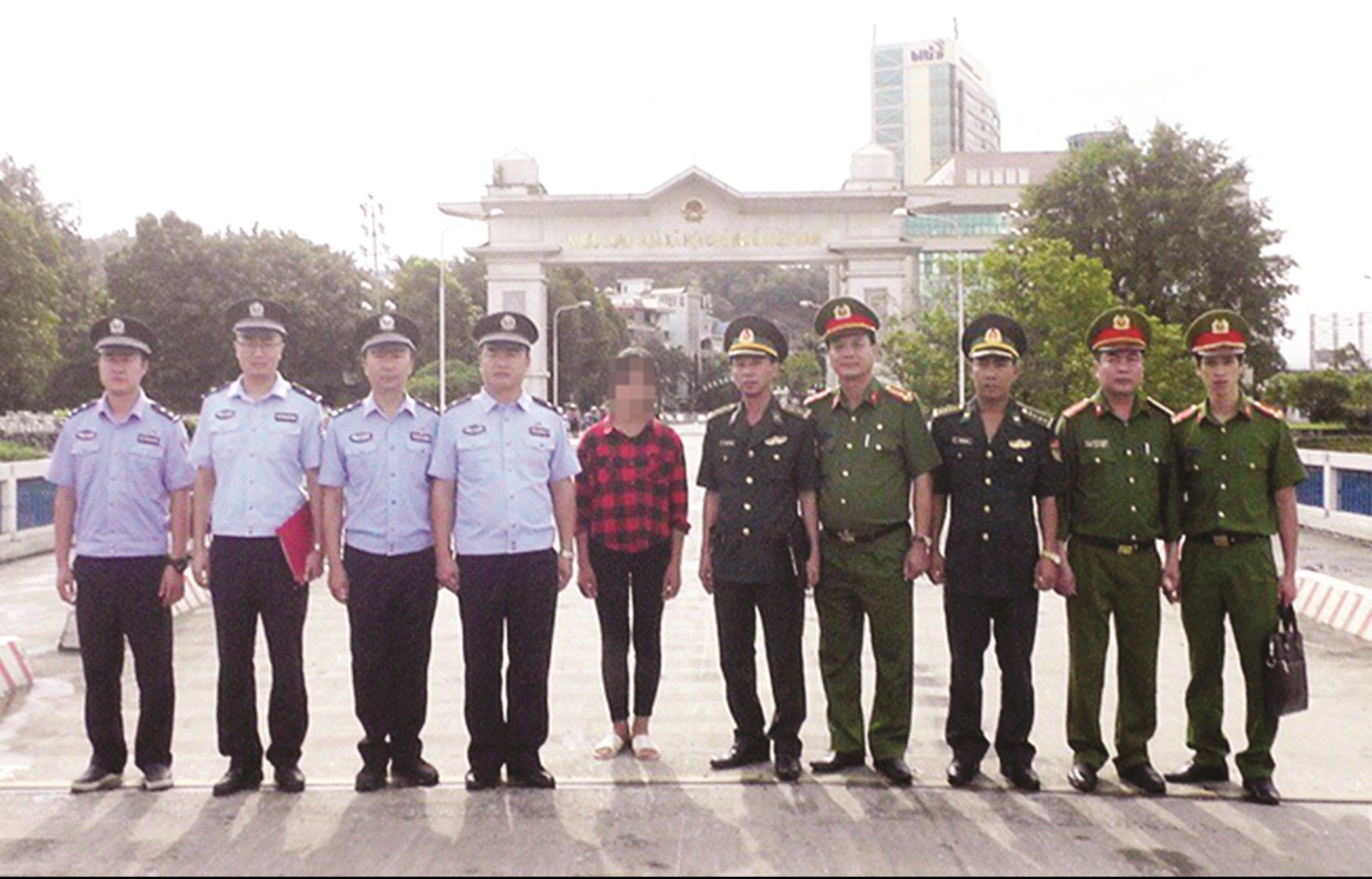 Công an tỉnh Lào Cai và Công an huyện Bắc Hà tiếp nhận nạn nhân bị lừa bán.