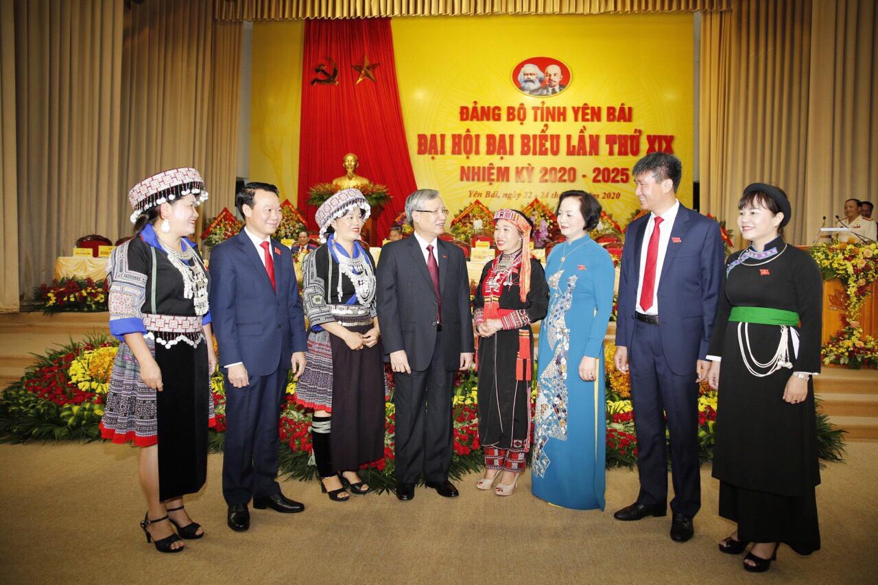 Đồng chí Trần Quốc Vượng với các đại biểu về dự đại hội