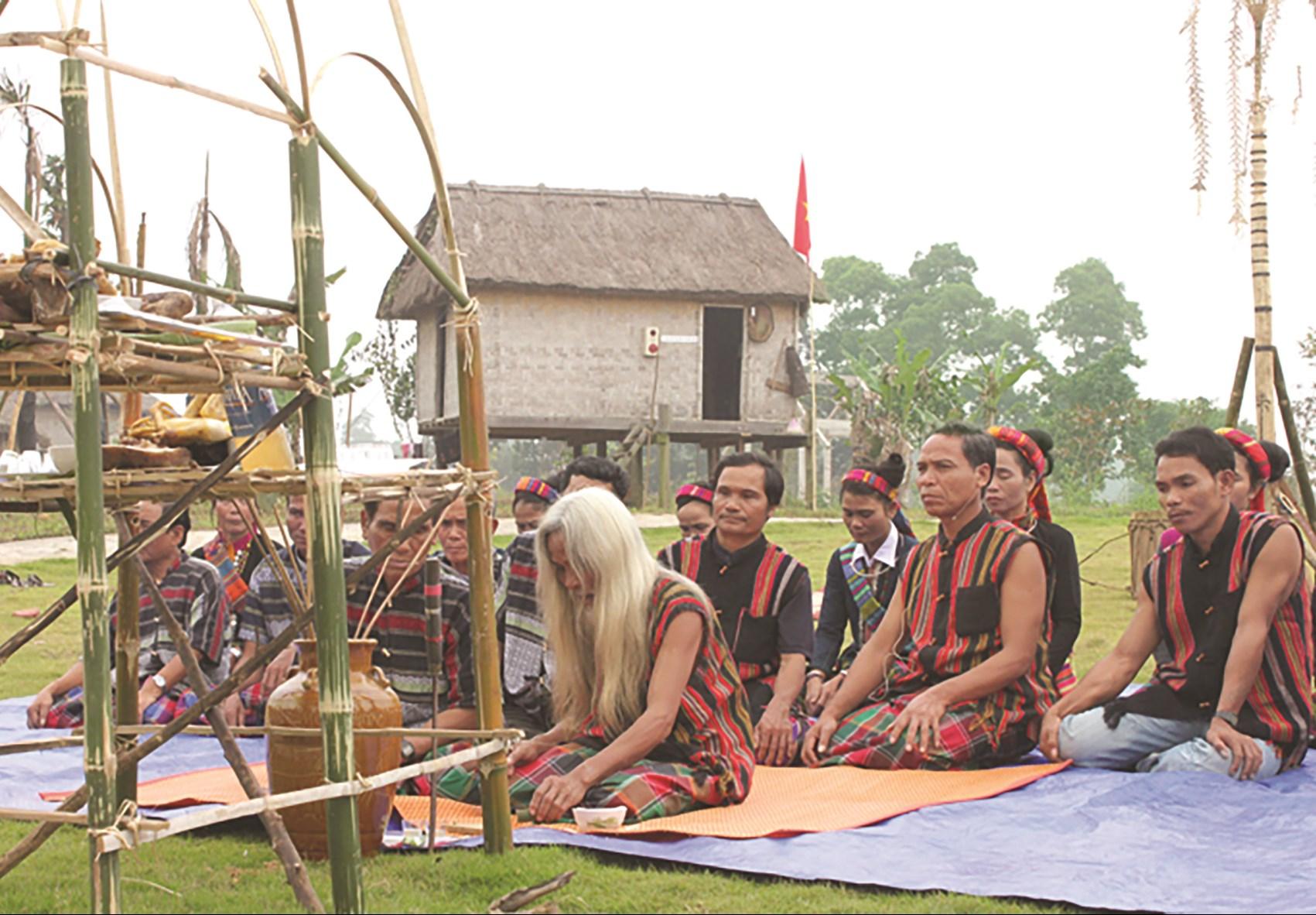 Đồng bào Bru Vân Kiều hiện còn lưu giữ nhiều lễ hội độc đáo