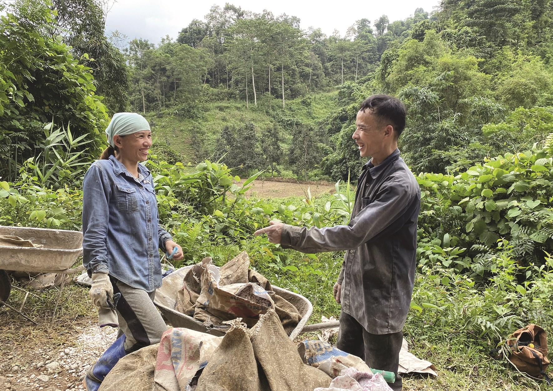 Anh Triệu Đức Ngân thường xuyên gặp gỡ, trao đổi, động viên người dân trong xóm phát triển kinh tế, vươn lên xóa đói, giảm nghèo.