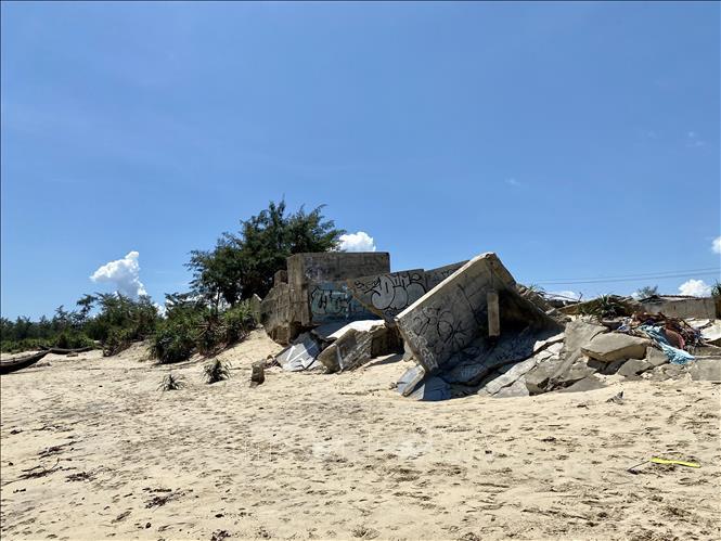 Sạt lở bờ biển của huyện Phú Vang, huyện Phú Lộc, thị xã Hương Trà (tỉnh Thừa Thiên-Huế) làm ảnh hưởng lớn đến cuộc sống của nhiều người dân.