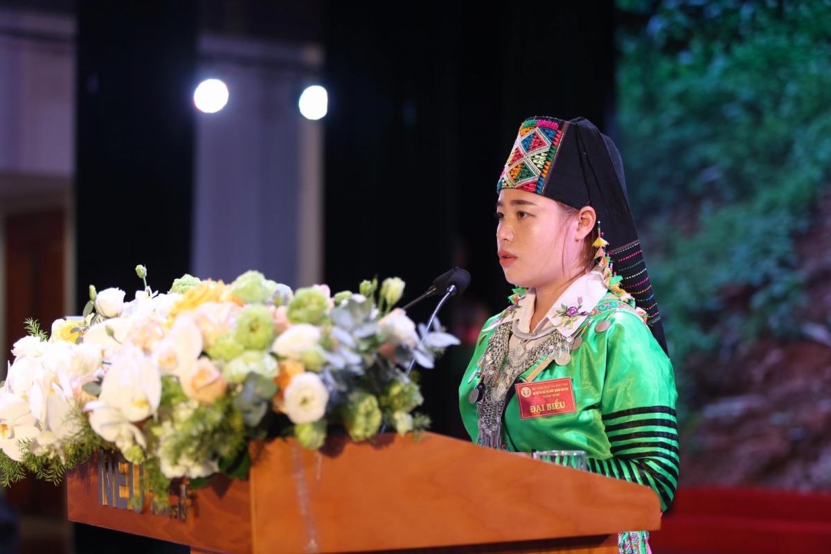 Với những nỗ lực và thành tích của bản thân, cô Sung Thị Tông là một trong những giáo viên xuất sắc được vinh danh tại Đại hội thi đua yêu nước lần thứ 7 ngành giáo dục. (Ảnh: Giáo dục thời đại).