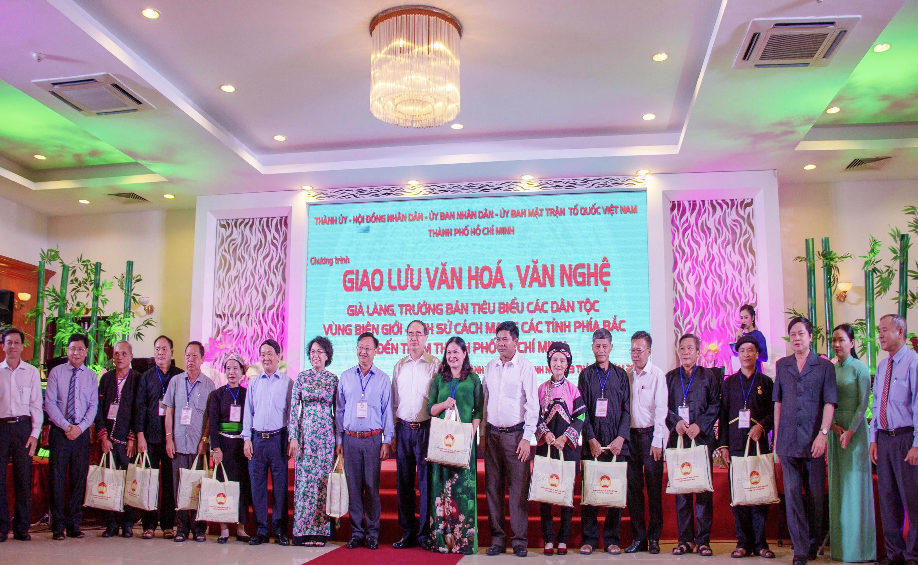 Lãnh đạo TP HCM và UBDT tặng quà các đại biểu Già làng, Trưởng bản tiêu biểu