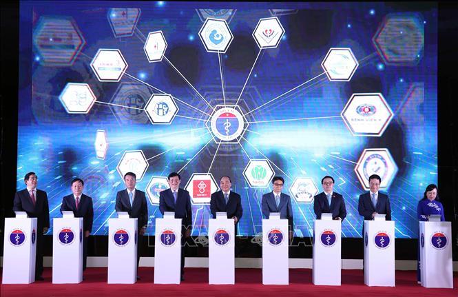 Thủ tướng Nguyễn Xuân Phúc và các đại biểu thực hiện nghi thức nhấn nút khánh thành kết nối 1000 cơ sở khám, chữa bệnh từ xa. Ảnh: Thống Nhất/TTXVN