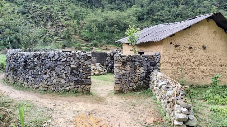 Bờ rào đá bao quanh nhà trình tường của đồng bào người Mông ở thôn Lũng Cẩm, xã Sủng Là, huyện Đồng Văn (Hà Giang). Ảnh: Nguyễn Chiến/TTXVN