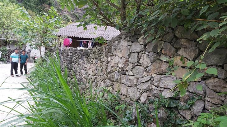 Bờ rào đá của gia đình anh Vừ Mí Sử, thôn Cá Ha, xã Giàng Chu Phìn, huyện Mèo Vạc (Hà Giang). Ảnh: Nguyễn Chiến/TTXVN