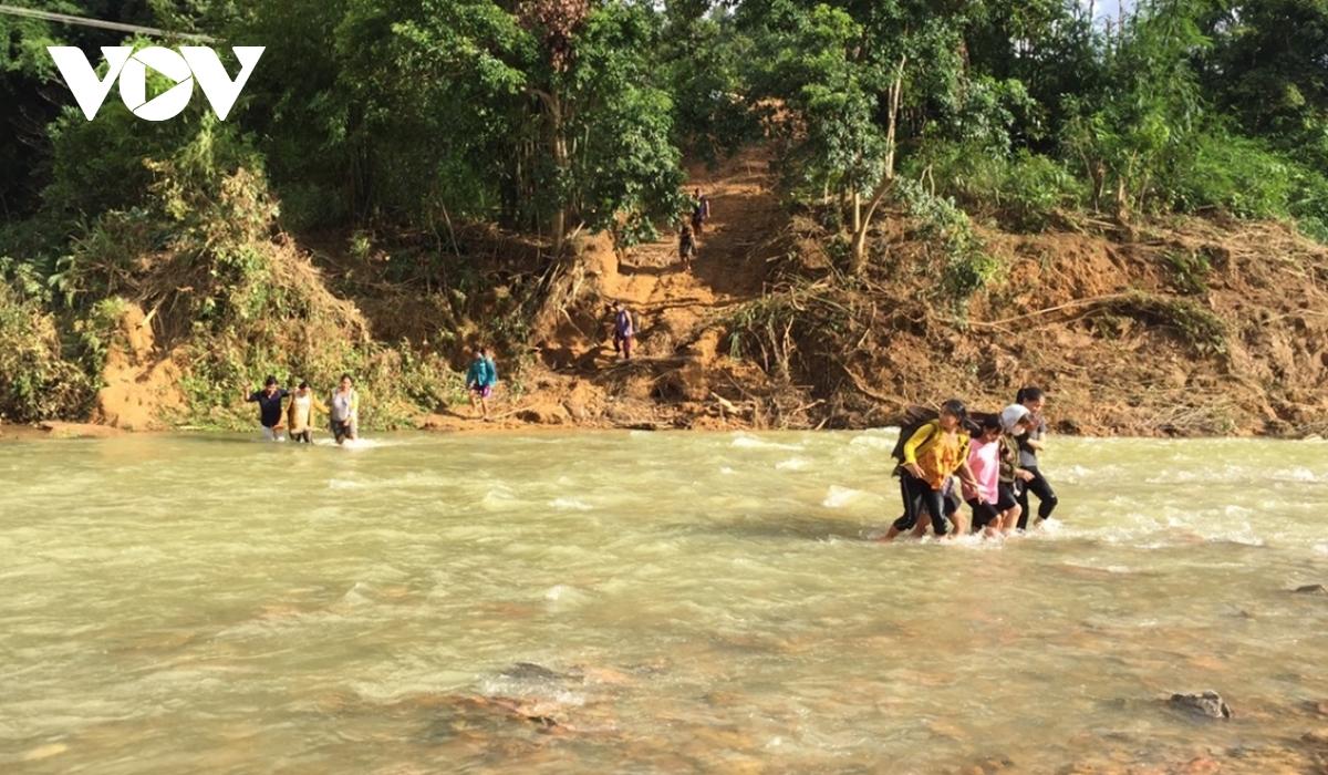 Học sinh vùng cao Tây Giang lội sông đến trường mùa lũ. Ảnh: Lê Văn Điệp