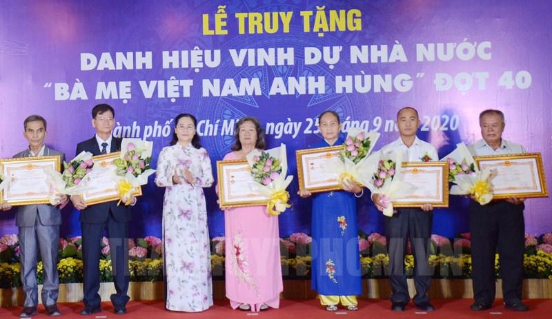 Thừa ủy quyền Chủ tịch nước, Chủ tịch HĐND TP Nguyễn Thị Lệ trao danh hiệu vinh dự Nhà nước Bà mẹ Việt Nam anh hùng cho đại diện gia đình các mẹ