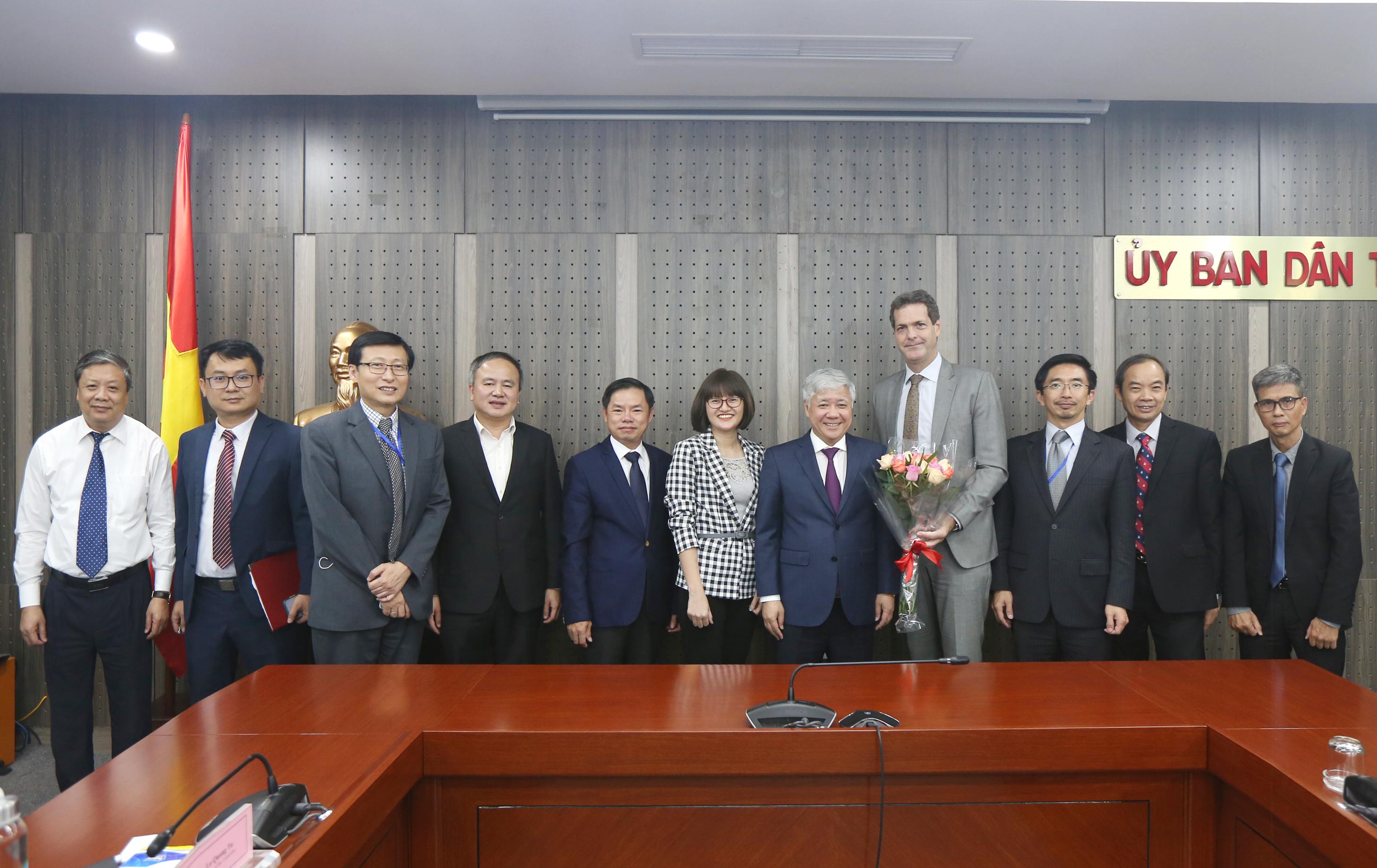 Bộ trưởng, Chủ nhiệm UBDT Đỗ Văn Chiến; ngài Andrew Jeffries, Giám đốc Quốc gia Ngân hàng ADB tại Việt Nam và các đại biểu chụp ảnh lưu niệm