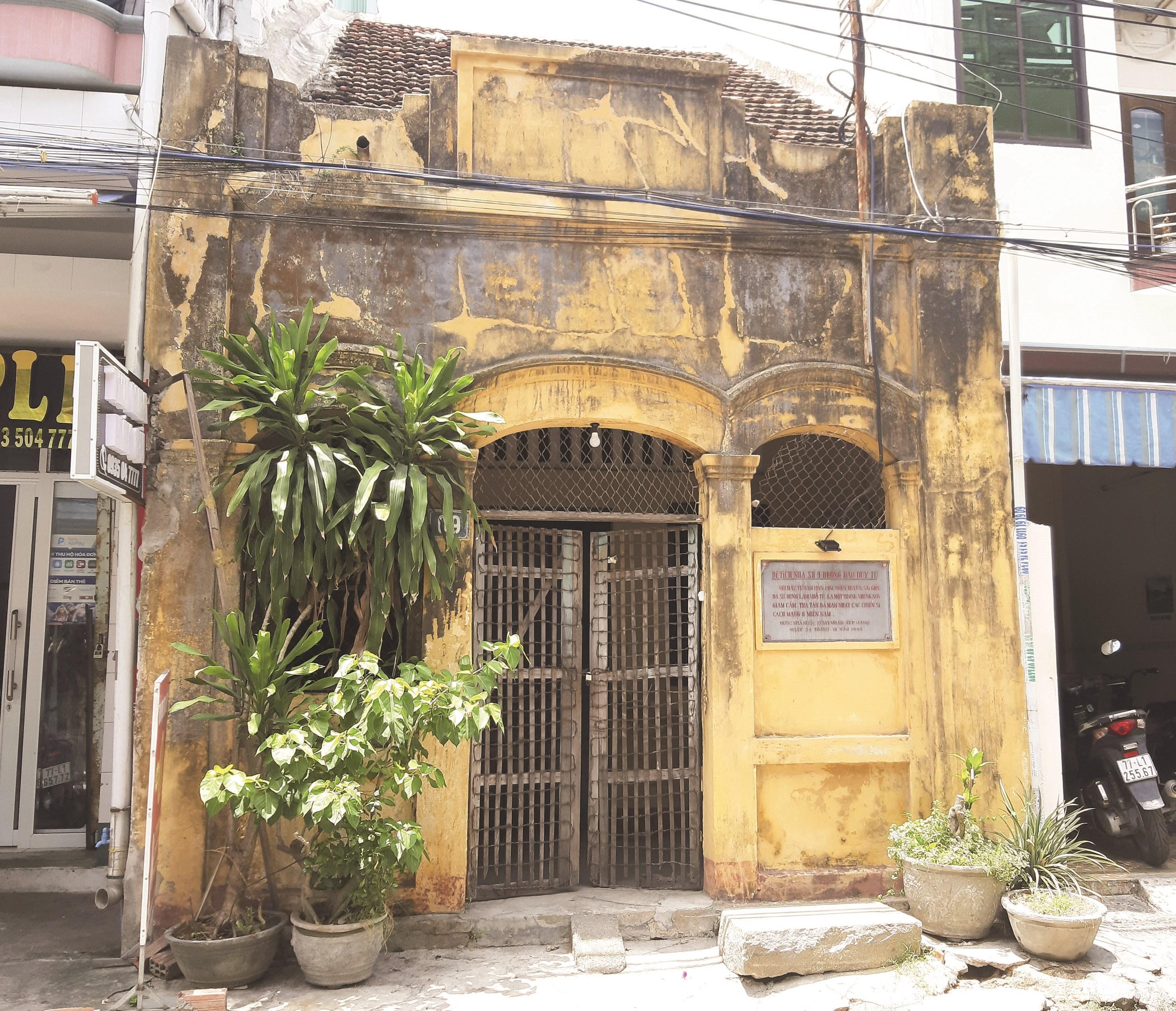 Di tích lịch sử quốc gia Nhà tù số 9 Đào Duy Từ (màu vàng) nhìn không khác gì một ngôi nhà hoang