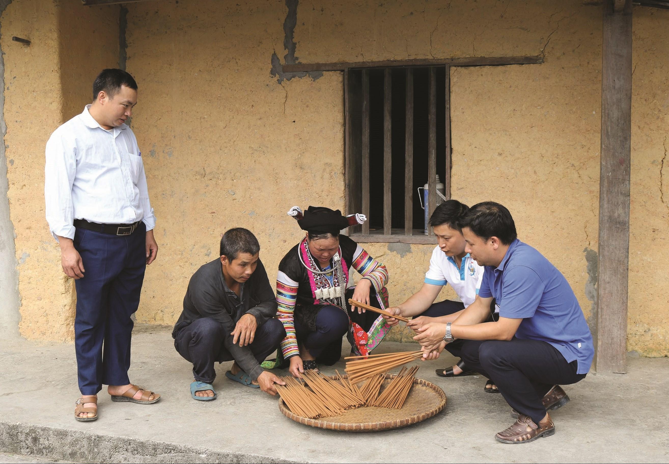 Cán bộ UBND thị trấn Tam Sơn (Quản Bạ) đến nhà dân vận động bà con phát triển kinh tế