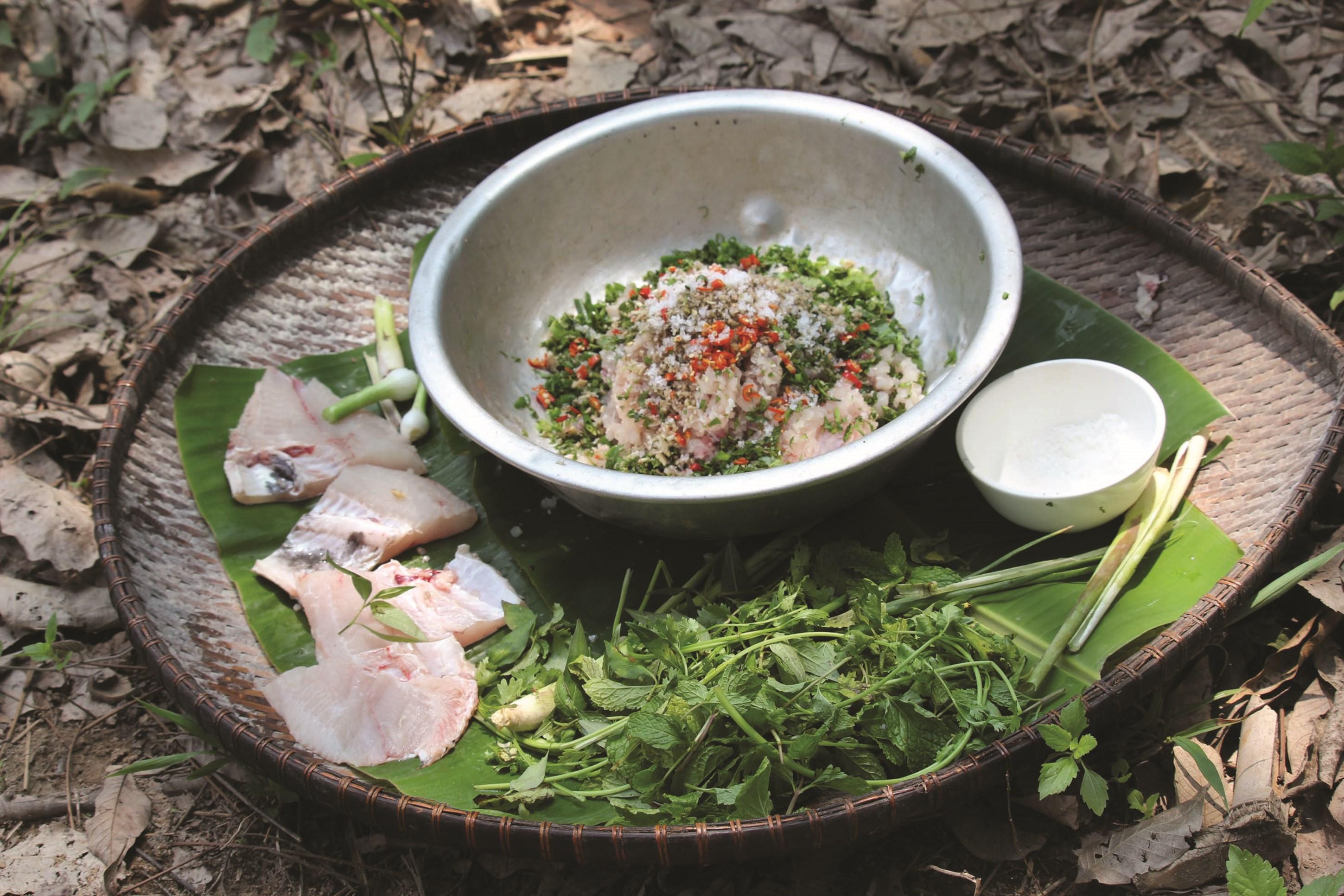 Món cá đã được sơ chế cùng các gia vị kết hợp với trứng kiến, tạo thành món cá gỏi kiến vàng