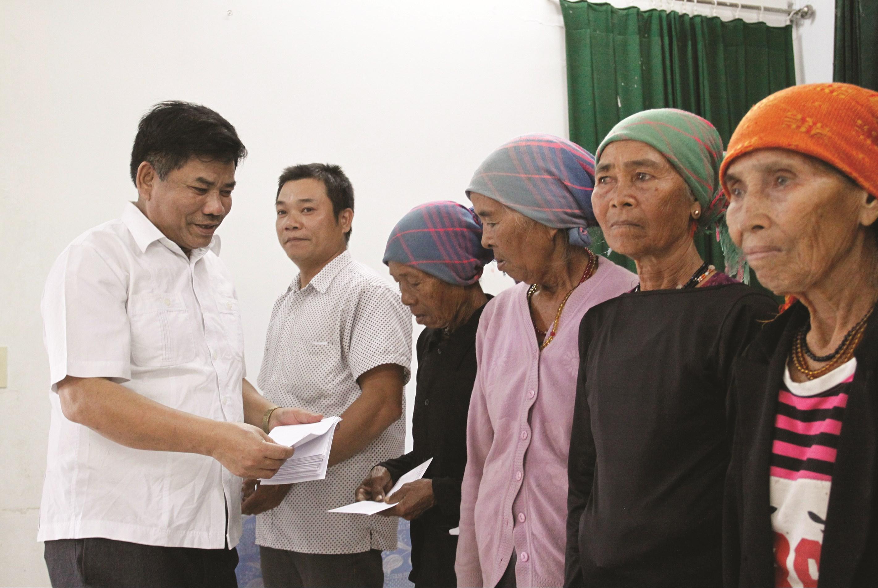 Thứ trưởng, Phó Chủ nhiệm UBDT Y Thông tặng quà các gia đình chính sách tiêu biểu và các hộ nghèo xã Ea Lâm