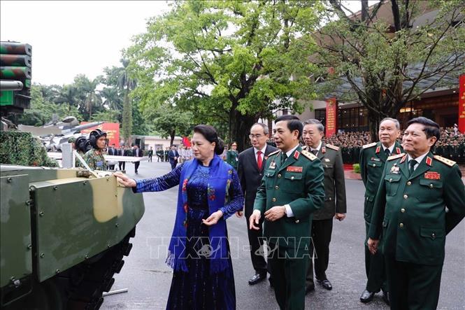 Chủ tịch Quốc hội Nguyễn Thị Kim Ngân cùng các đại biểu tham quan khu trưng bày các sản phẩm quốc phòng bên lề đại hội. Ảnh: TTXVN