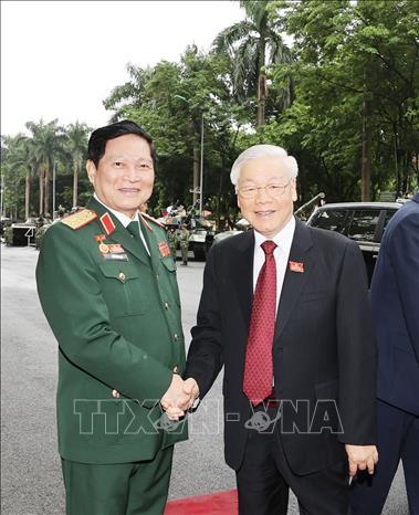 Đại tướng Ngô Xuân Lịch đón Tổng Bí thư, Chủ tịch Nguyễn Phú Trọng. Ảnh: Trí Dũng/TTXVN