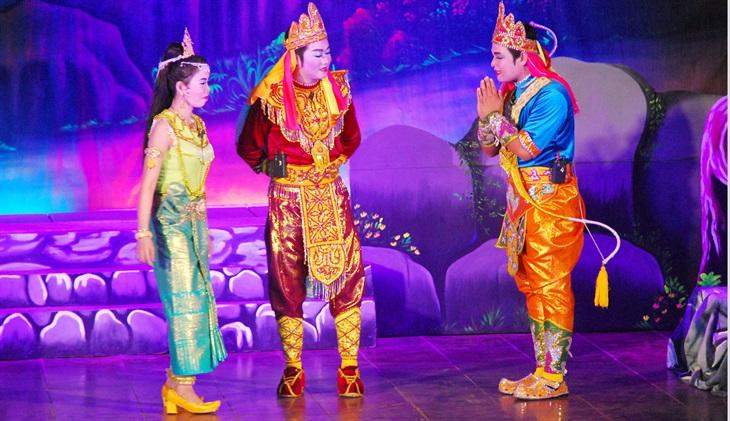 """Nghệ thuật sân khấu dù kê có hát, múa, đọc thơ, biểu diễn các tích truyện diễn ra trên sân khấu dù kê, về cơ bản luôn đề cao đạo lý của con người. Trong ảnh: Vở diễn tuồng cổ """"Anh hùng cứu quốc"""" của Đoàn nghệ thuật dù kê Khmer Ánh Bình Minh (tỉnh Trà Vinh)."""
