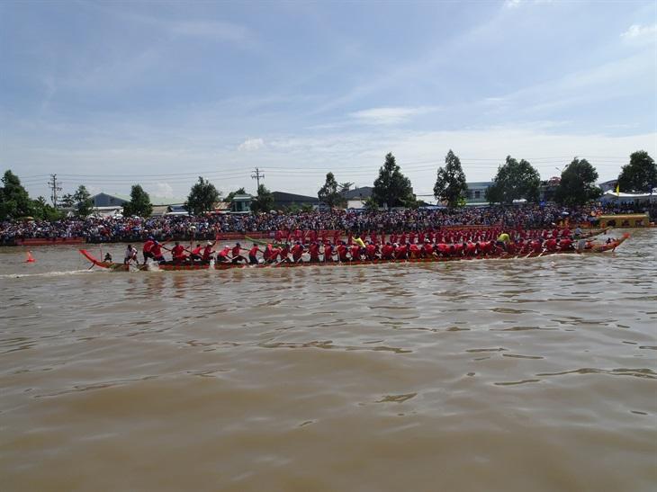 Đua ghe ngo mừng Lễ hội Ok Om Bok trở thành thương hiệu sản phẩm du lịch nổi tiếng của 2 tỉnh Sóc Trăng và Trà Vinh.