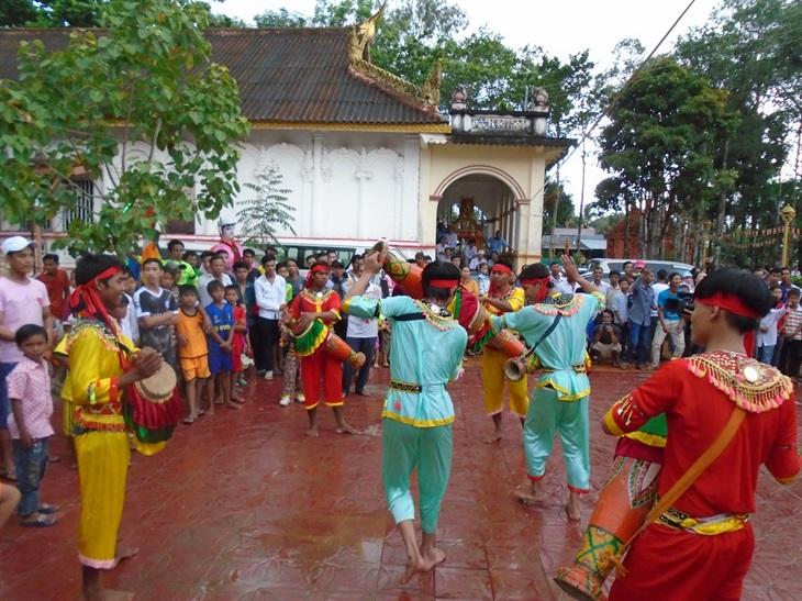 Đội múa trống Sadăm chùa Bốn Mặt, ở xã Phú Tân, huyện Châu Thành, tỉnh Sóc Trăng biểu diễn phục vụ lễ hội Tết Chôl Chnăm Thmây tại chùa.