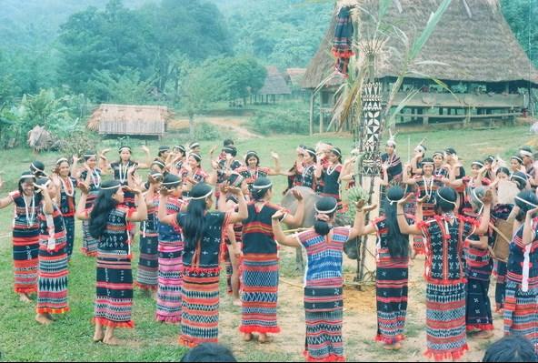 Trang phục của đồng bào Cơ Tu làng Công Dồn trong lễ hội truyền thống