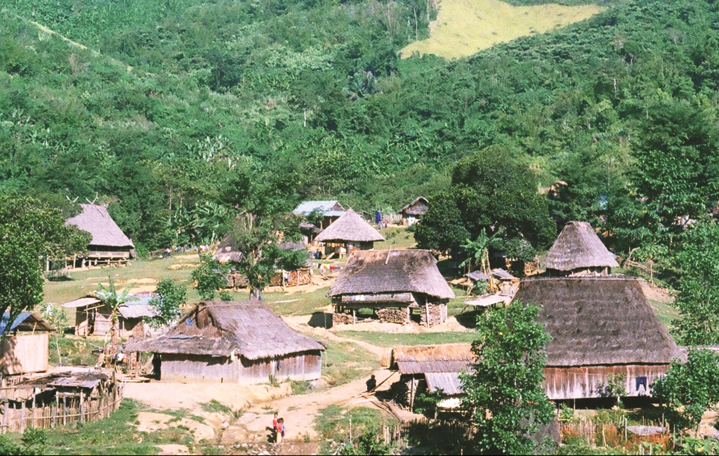Một góc làng dệt thổ cẩm Công Dồn vào những năm 2000
