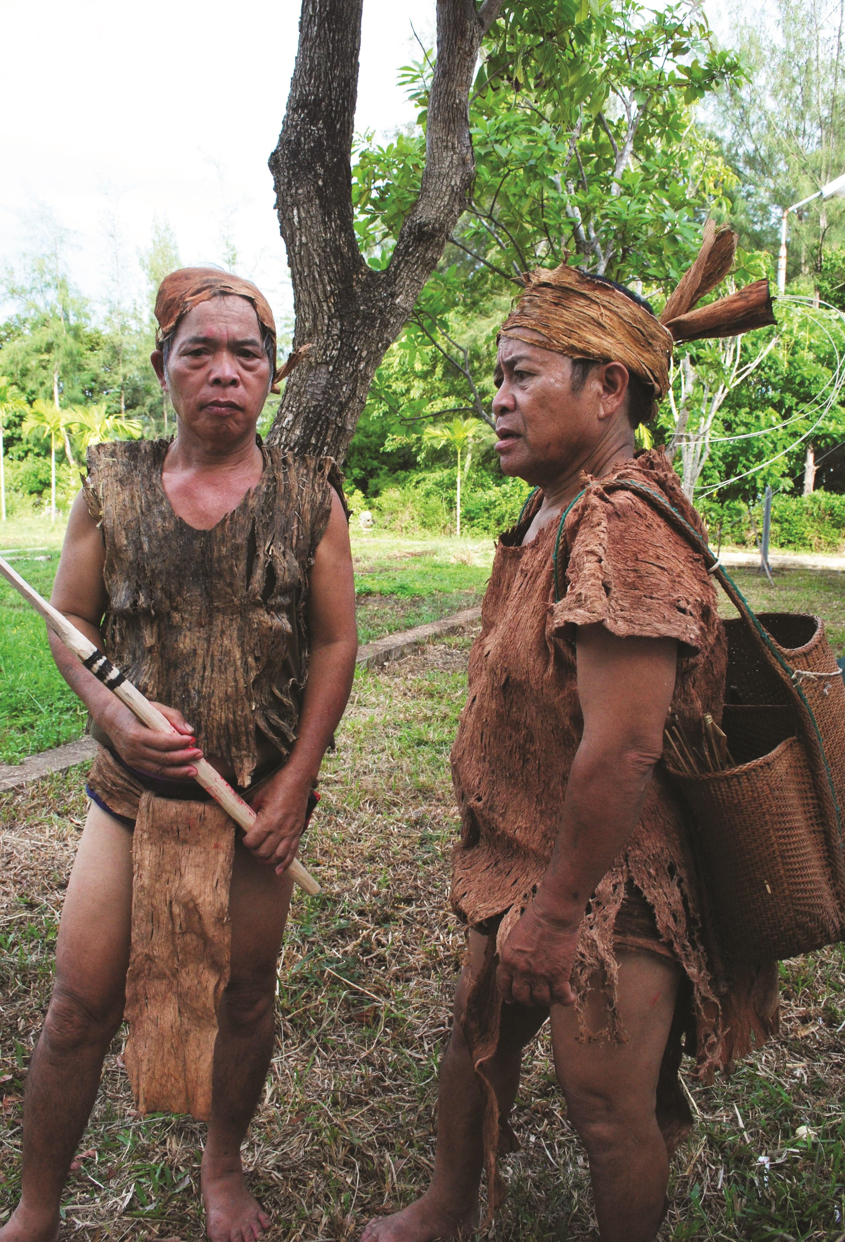 Đàn ông Cơ Tu làng Công Dồn trong trang phục vỏ cây