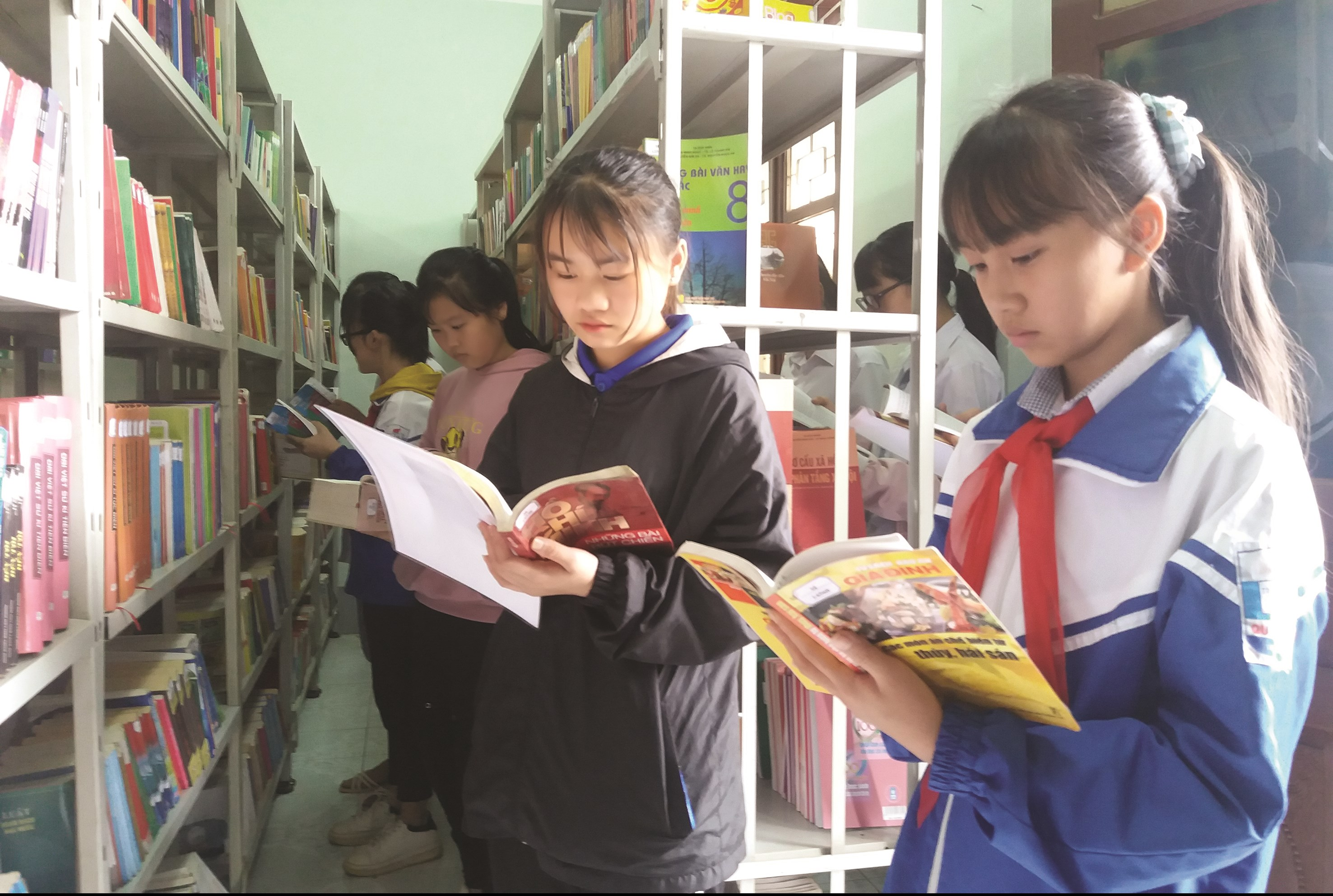 Các em học sinh đến đọc sách, khai thác tài liệu tại Thư viện tỉnh