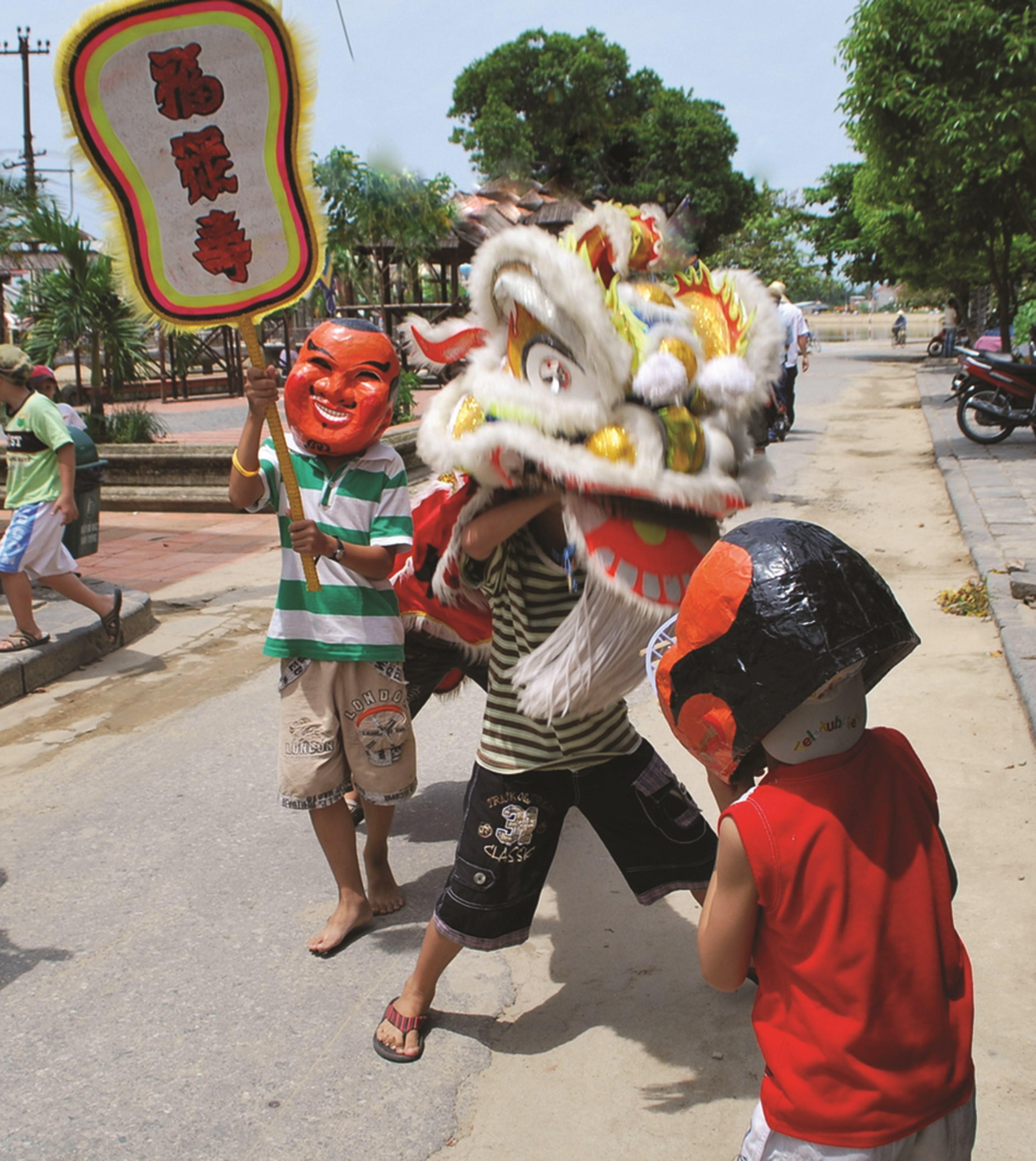 Một cảnh các em tập múa lân ngay giữa đường, dễ dẫn đến tai nạn giao thông