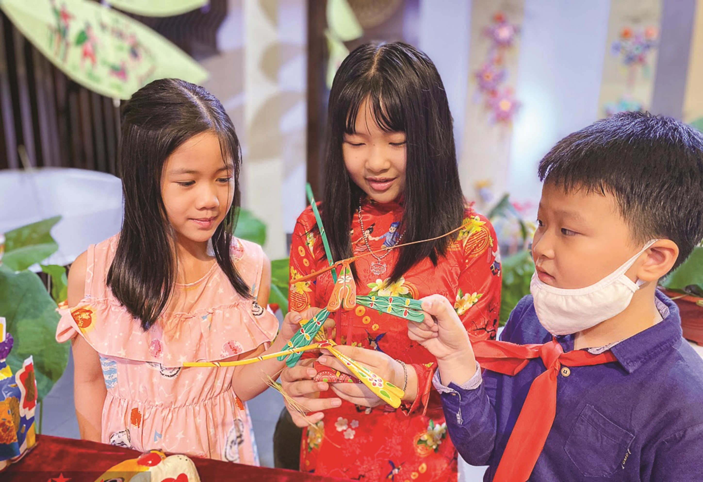 Các em nhỏ tập làm đồ chơi nhân dịp tết Trung thu