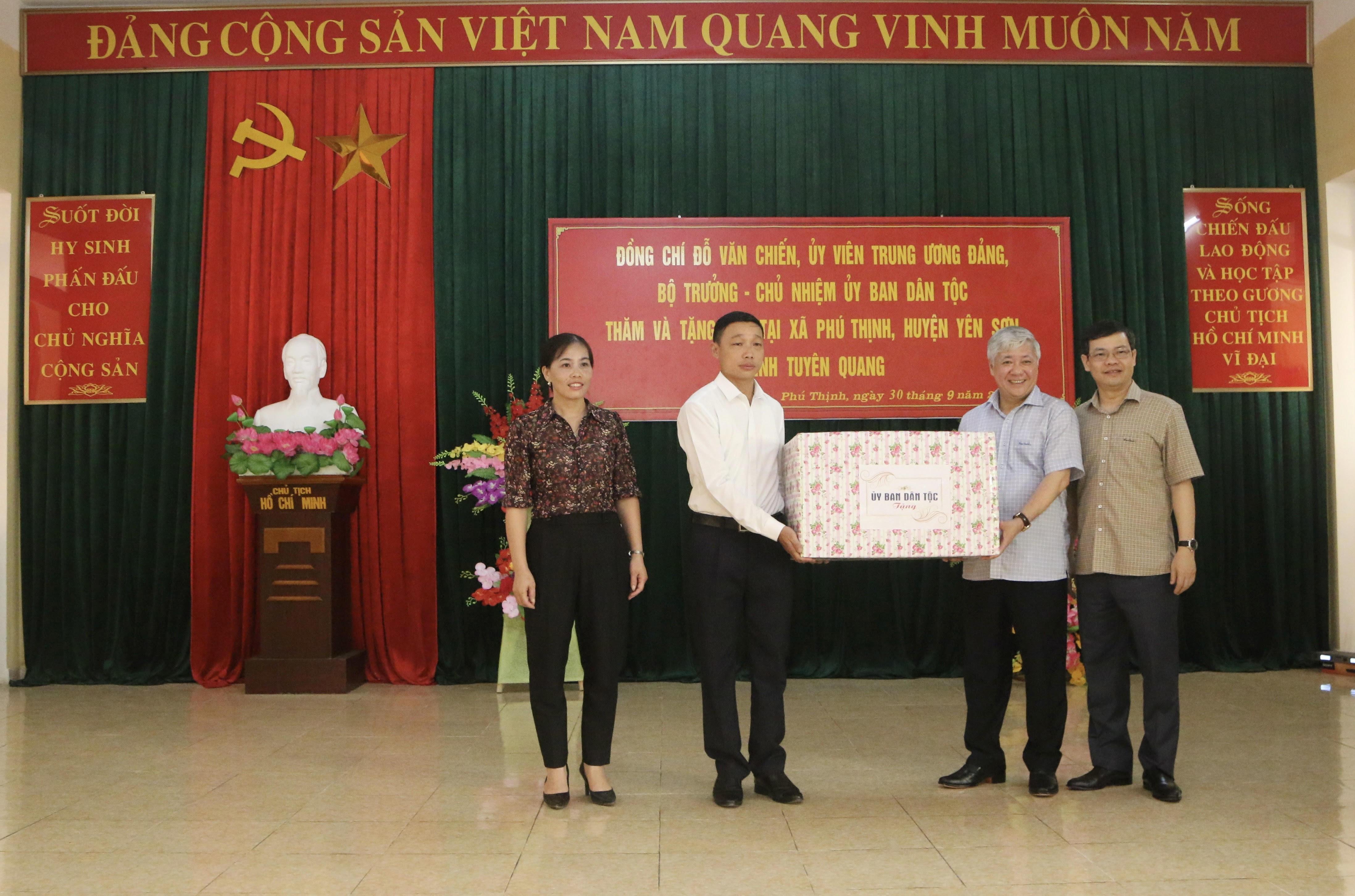 Bộ trưởng, Chủ nhiệm UBDT Đỗ Văn Chiến và đồng chí Nguyễn Văn Sơn, Phó Bí thư Tỉnh ủy, Chủ tịch Ủy ban Nhân dân tỉnh Tuyên Quang (người ngoài cùng bên phải) tặng quà của UBDT cho xã Phú Thịnh