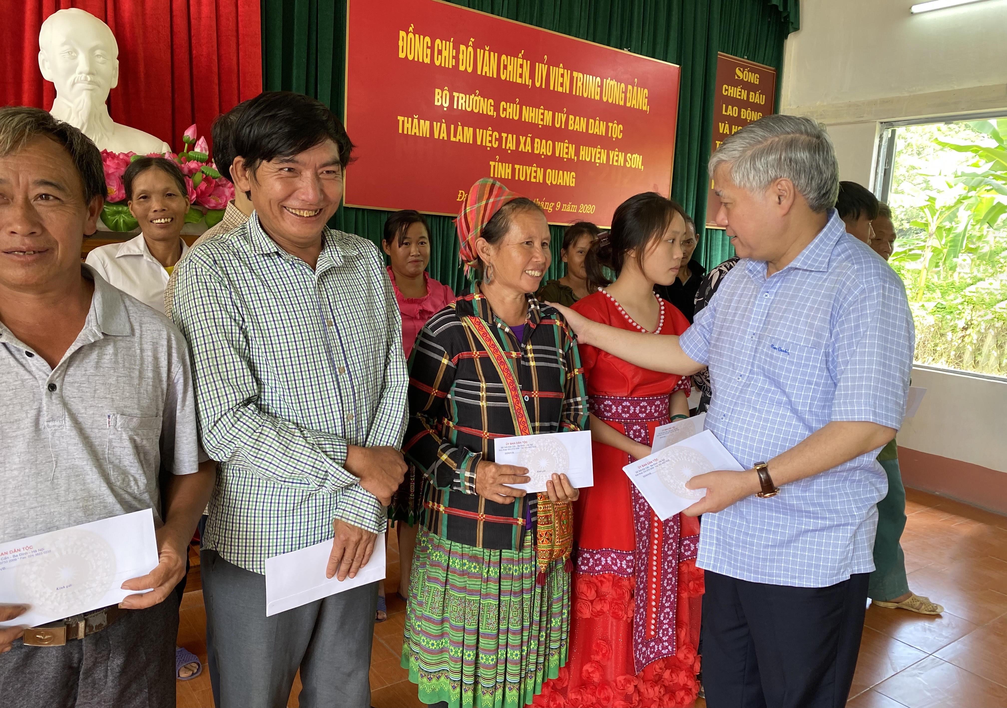 Bộ trưởng, Chủ nhiệm UBDT Đỗ Văn Chiến tặng quà cho các hộ nghèo xã Đạo Viện.