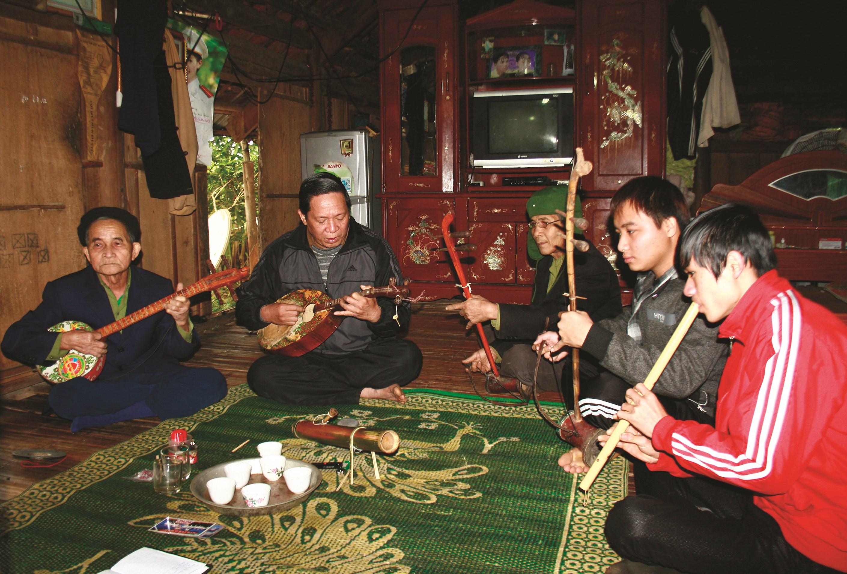 Người cao tuổi xã Đông Lai, huyện Tân Lạc truyền dạy nhạc bát âm cho giới trẻ