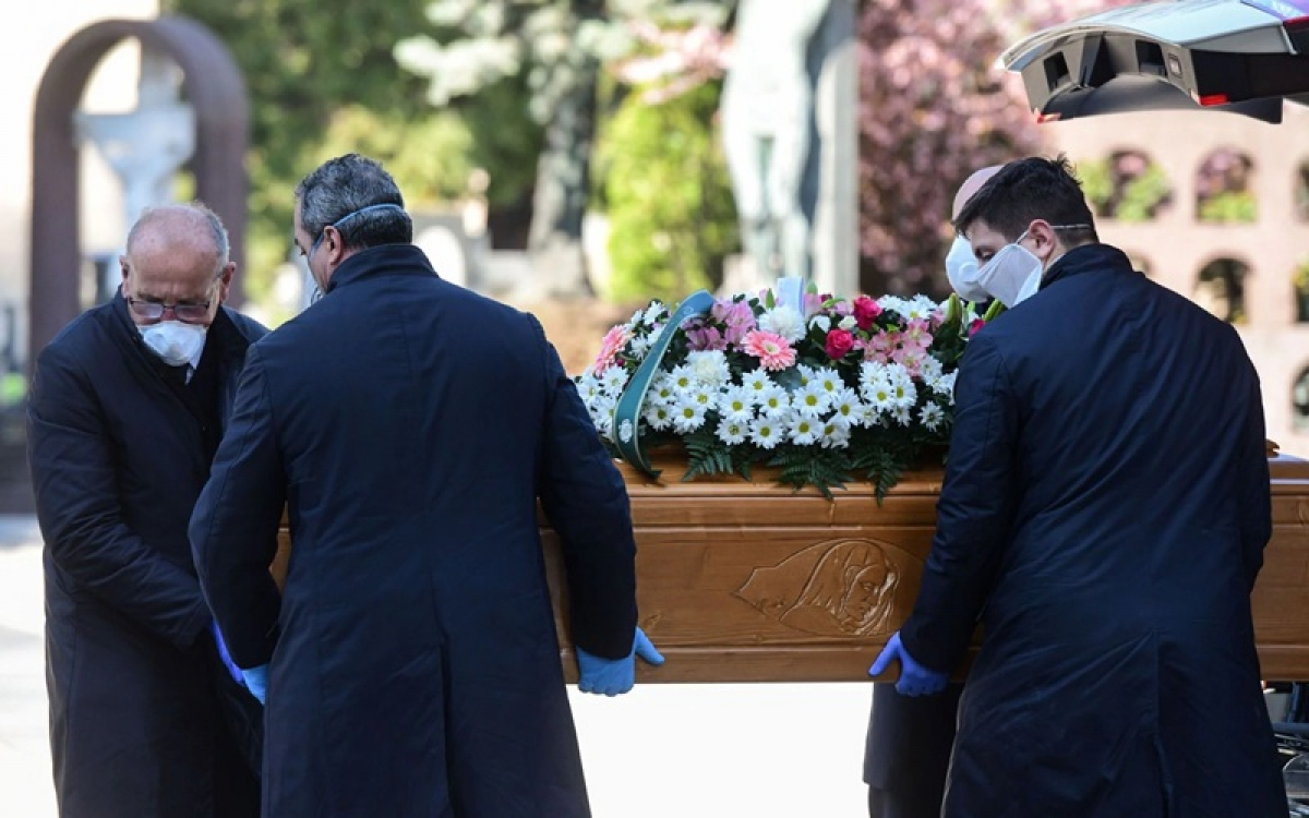 Khiêng quan tài nạn nhân Covid-19 ở Italy. Ảnh: Washington Post.