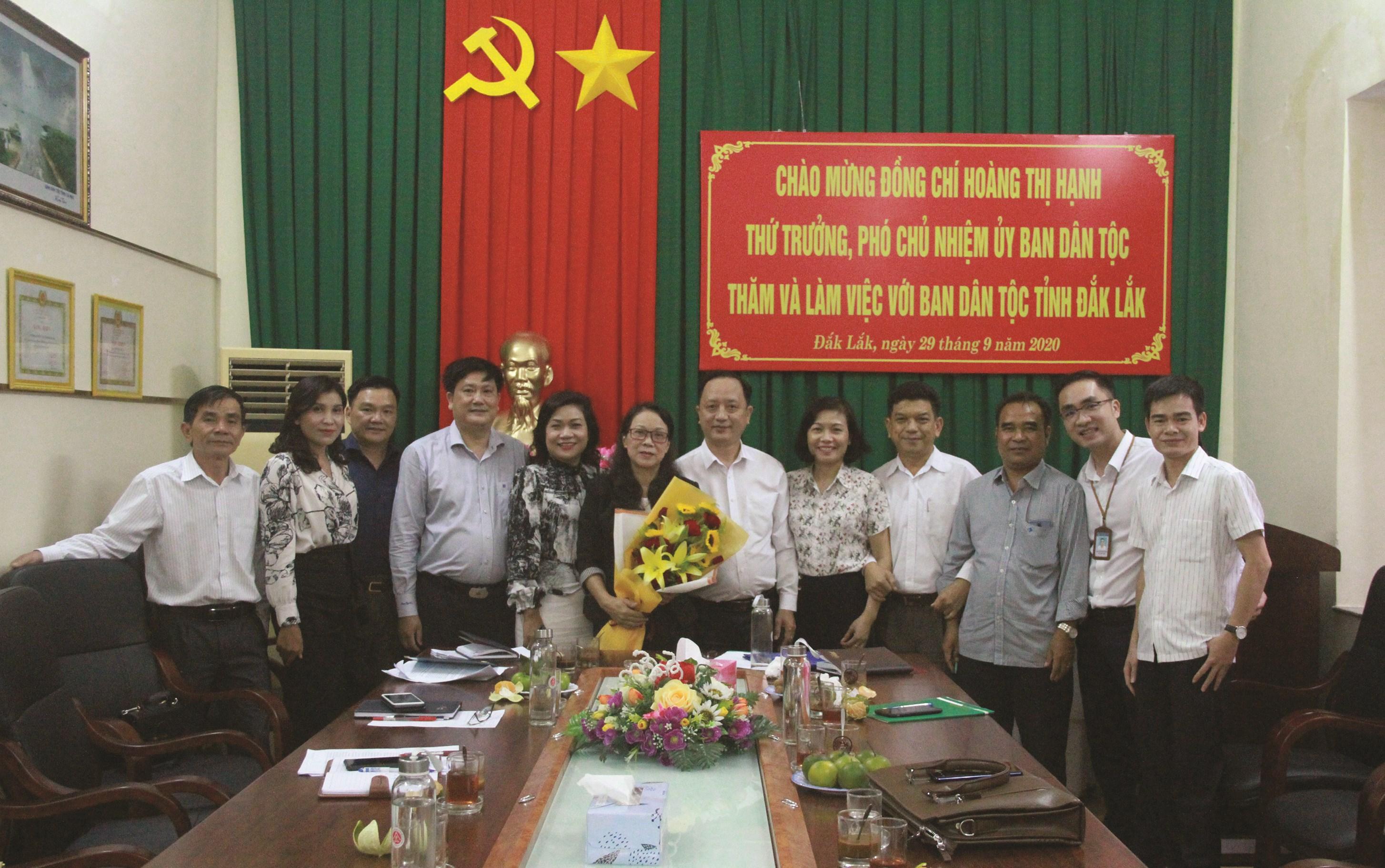 Thứ trưởng, Phó Chủ nhiệm UBDT Hoàng Thị Hạnh chụp hình lưu niệm cùng lãnh đạo, cán bộ Ban Dân tộc