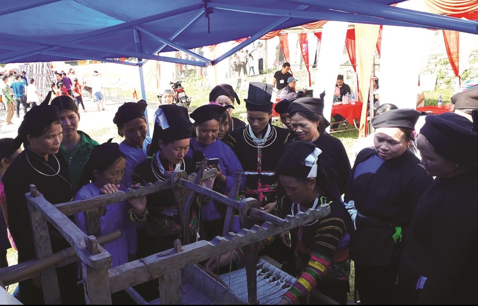 Phụ nữ Lô Lô trình diễn dệt thổ cẩm tại Ngày hội văn hóa các dân tộc huyện Bảo Lạc năm 2019